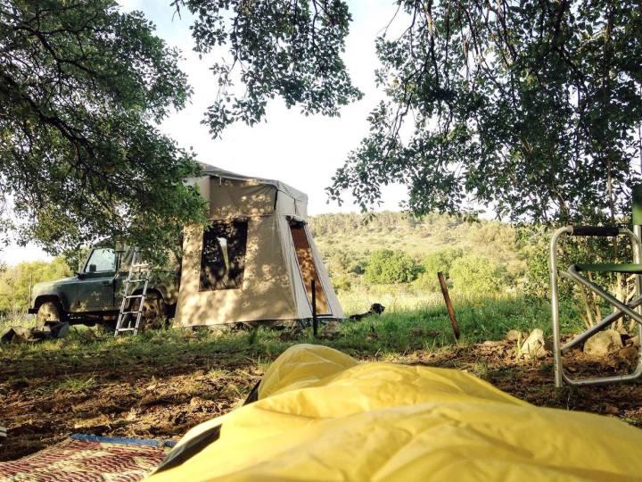Юля на кемпинге в Израиле. Да, это палатка на крыше джипа! ^_^