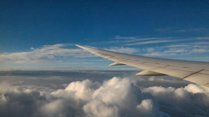 Крыло самолета в облаках