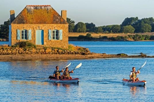 France, Morbihan (56), Belz, kayak sur la ria d'Etel avec l'ilot de Nichtarguer en arrière plan // France, Morbihan, Belz, kayak on Etel ria with island of Nichtarguer in background