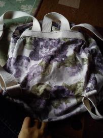 Penampakan bagian belakang tas. Mestinya dijahit pakai benang berwarna sama dengan webbingnya. Tapi gak punya benang warna itu, hajar aja pakai ungu :D