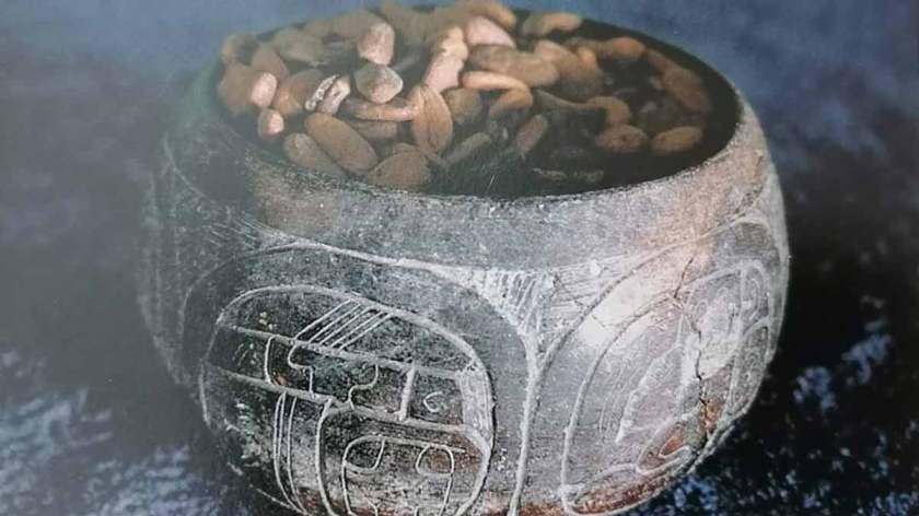 recipiente maya con semillas de cacao