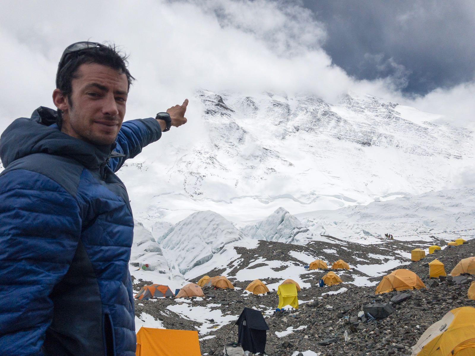 Kilian Jornet asciende y desciende Everest solo y sin apoyo en 38h por la cara Norte.