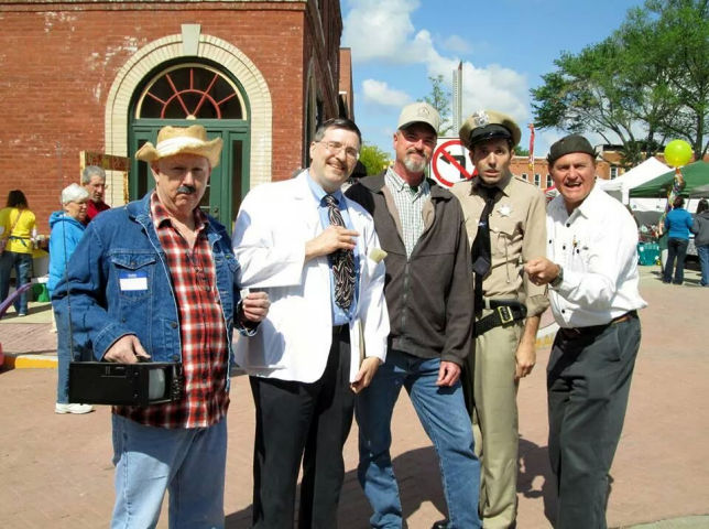 Henry Bennett, Floyd, Gomer and Goober with a fan at Mayberry in the Midwest.