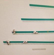a questo punto ho iniziato a decorare i rami con dei fiocchi applicati con il nastro adesivo