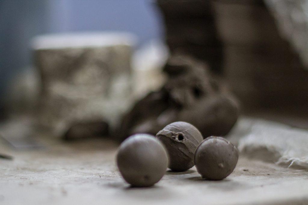 En la primera fase, se mezclan dos tipos de barro (negro y blanco). Se cuelan y se dejan reposar. Posteriormente, se preparan con las manos y se pasan a los talleres para ser moldeados, ya sea con tornos o con moldes. Una vez con la forma deseada, las piezas se secan de manera natural, bajo condiciones determinadas de temperatura y humedad. Según el tamaño de la pieza, el secado puede durar de 8 a 12 semanas.