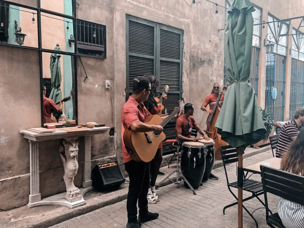 Músicos tocando salsa en la Habana