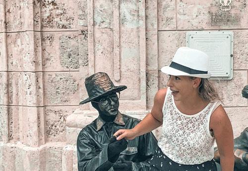 Estatua fuera del Palacio del Marqués de San Felipe y Santiago de Bejucal