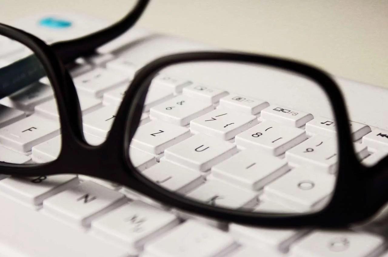 anteojos sobre un teclado