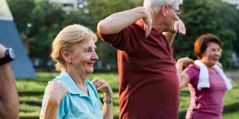 adultos mayores haciendo ejercicio para ayudar a la falta de memoria