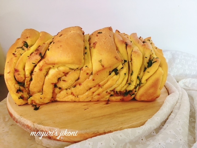 turmeric and garlic pull apart bread 3