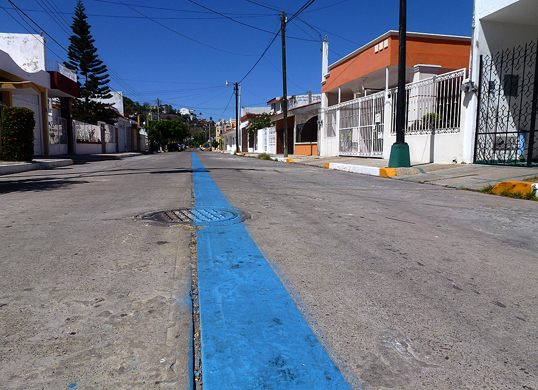 Fuente: https://sailorstales.wordpress.com/2014/04/02/walking-the-long-blue-line-mazatlan/