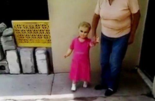 boneka berjalan