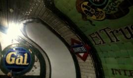 Anuncio con mosaicos de cerámica y nombre de la estación