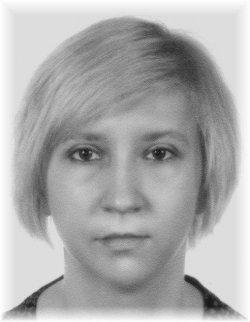 zdjęcie przedstawia twarz kobiety w wieku ok. 27 lat włosy jasne, krótkie do ramion, brak znaków szczególnych na twarzy, zdjęcie jest w kolorze czarno-białym