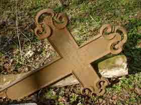 Zniszczony cmentarz
