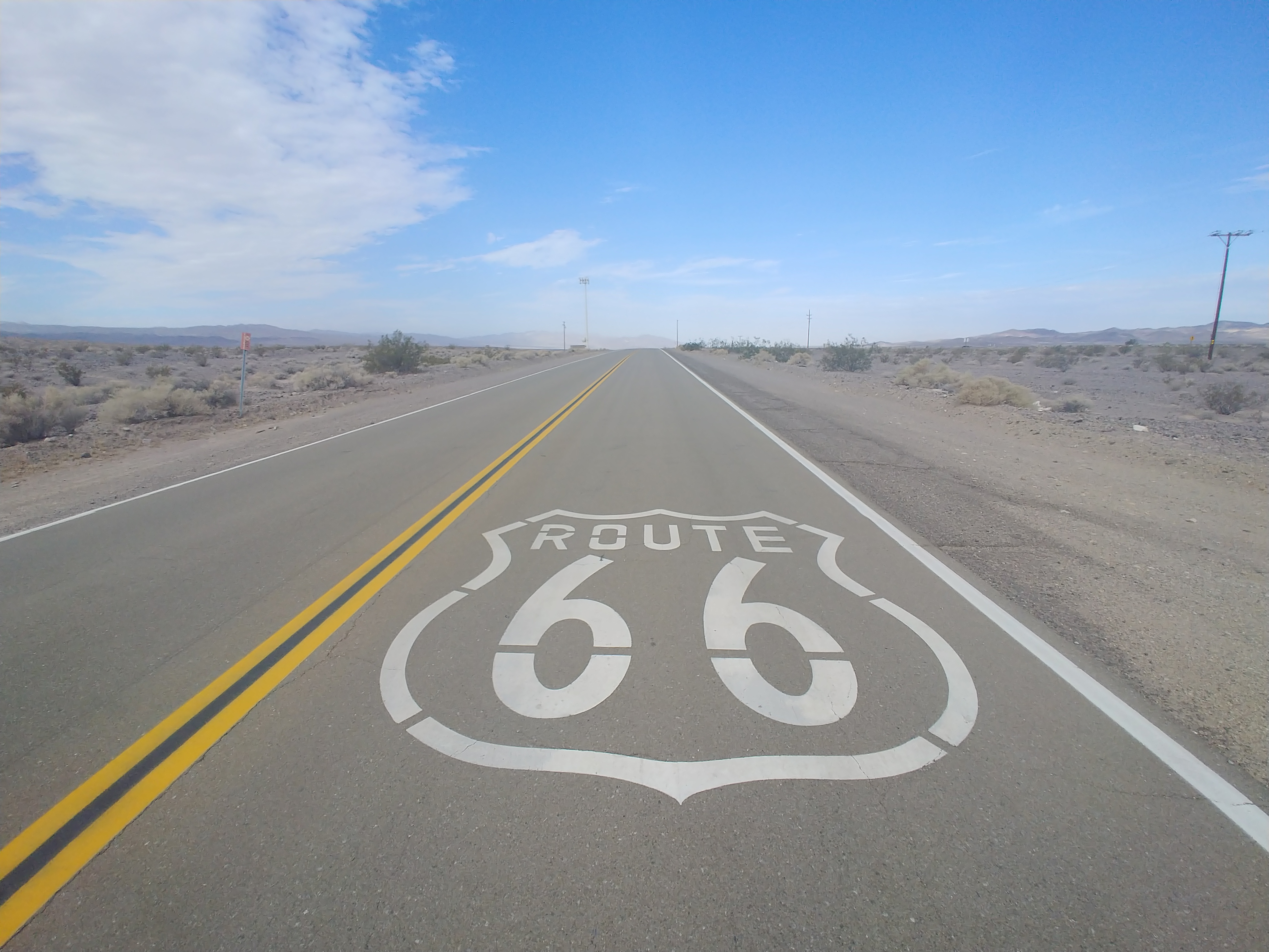 """Fridge magnet with view of /""""Route 66/"""" road"""