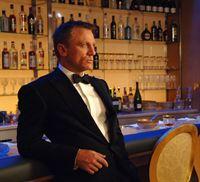 Bond i baren tung