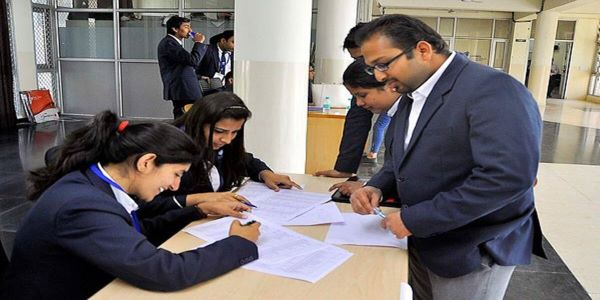 Colleges from the list of IIM institutes in India offer great job and internship placement offers.
