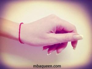 Все секреты о том, что означает красная нить на запястье руки