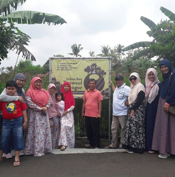 Panen Madu di Urban Bee Teuweul Bogor