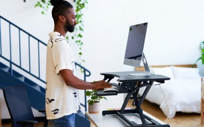 Four Reasons to Use a Sit/Stand Desk