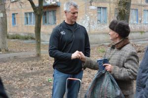 Fred Leonard gives a Bible to a Ukrainian man.