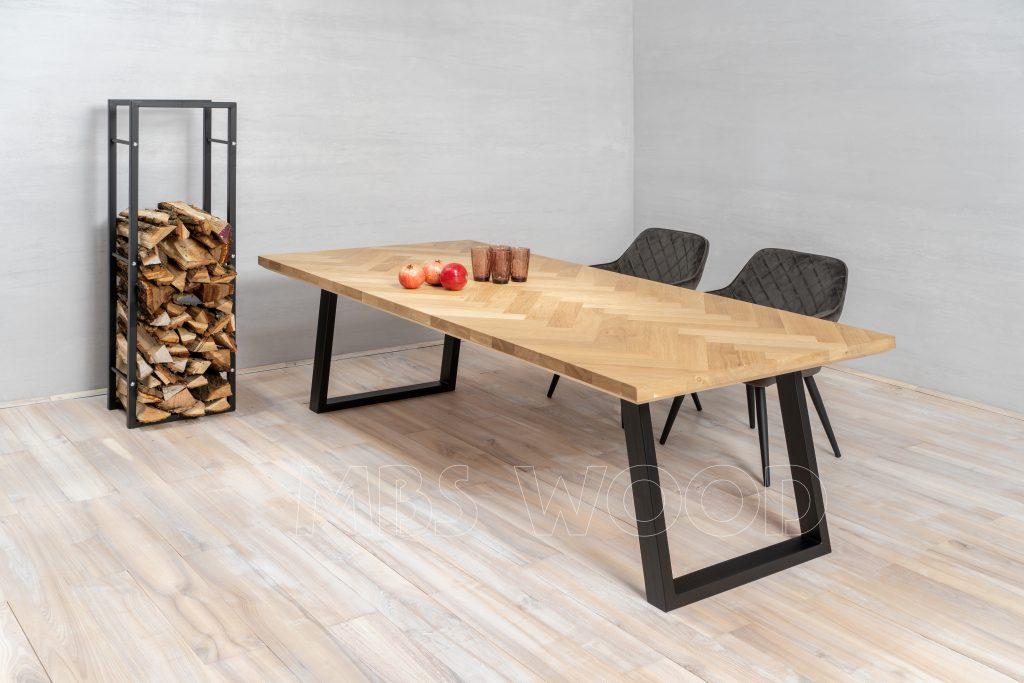 spisebord i egetræ med metalben
