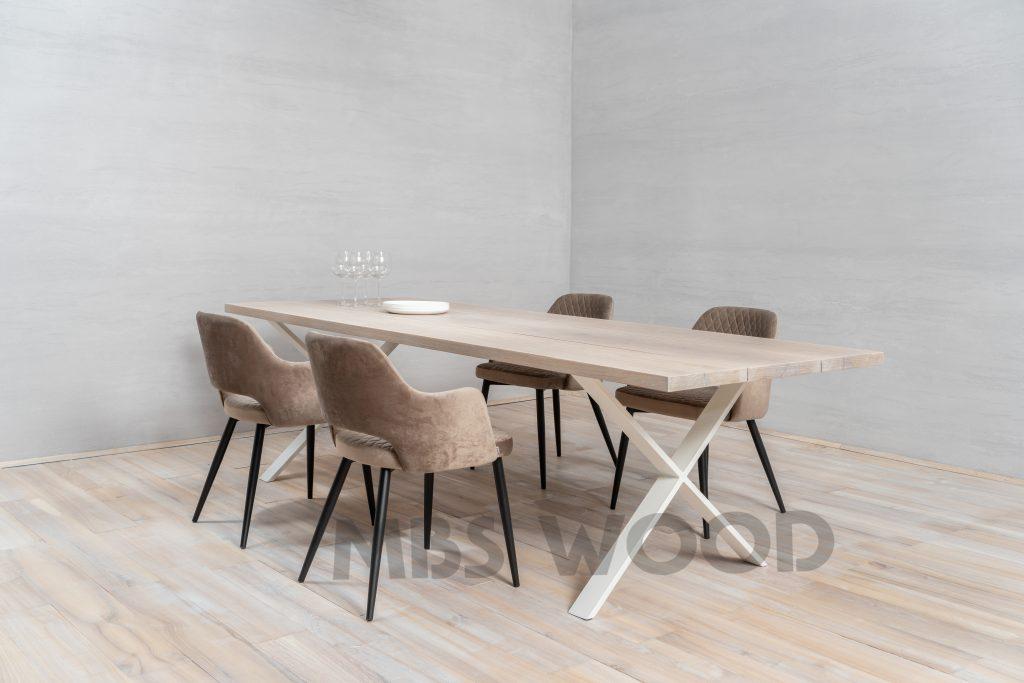 Egebord med metalben farve hvid maling