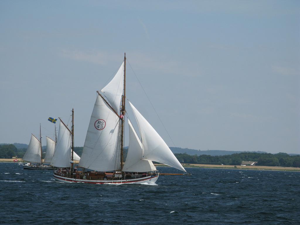Astrid Finne och en anna båt