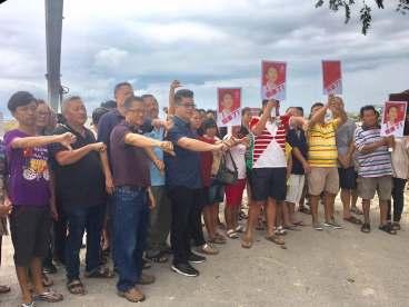 拿督黄祚信(前排左4)促请欧阳捍华应勇于面对拆迁事件的受害者