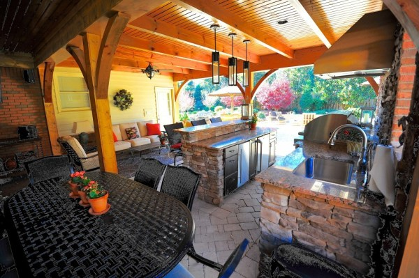 Outdoor Grill Area w/ Kitchenette