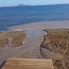 José López denuncia vertidos procedentes de la limpieza del paseo marítimo de Islas Menores al Mar Menor