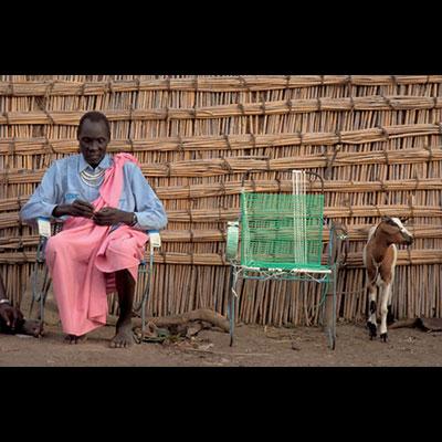 Elder waits outside the Shilluk King's city residence (Malakal, 2004)