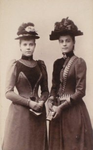 Photograph of Viola F. Snyder and Ellen McClung, December 12, 1890, Photographer unknown, Carte de visite, Bequest of Judge John Webb Green and Ellen McClung Green, 1957.3.628.1.