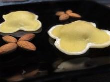 ravióli de amêndoas recheado de doce de leite com banana-da-terra e amêndoas