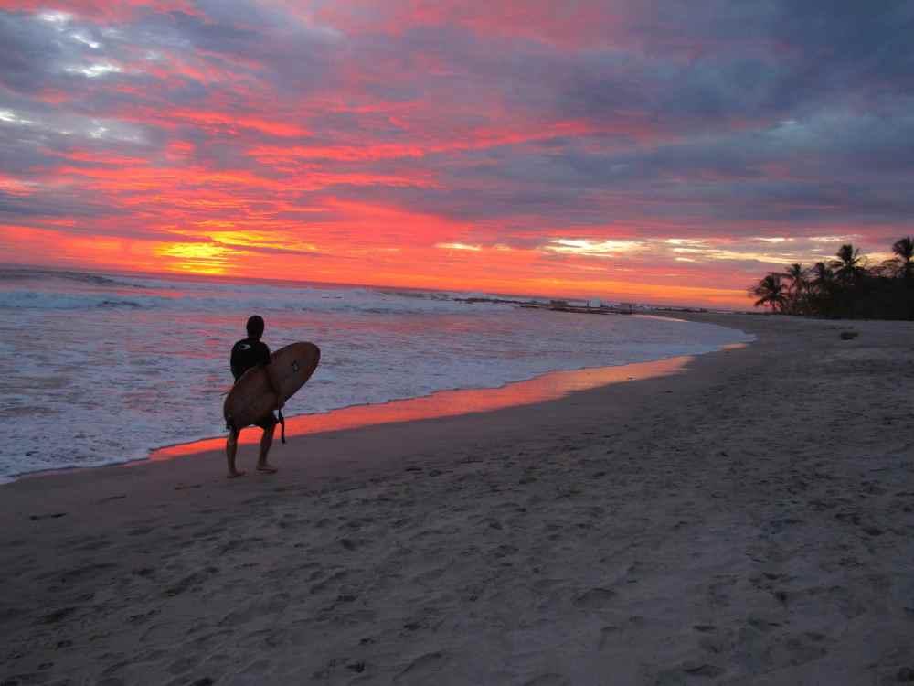 Surfeur au coucher de soleil à Malpais Santa Teresa Costa Rica