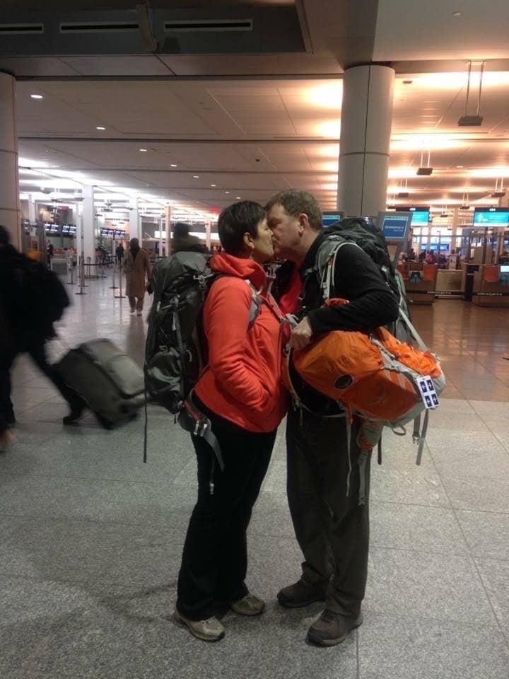 Martine et Michel à l'aéroport quittant pour un voyage sac à dos