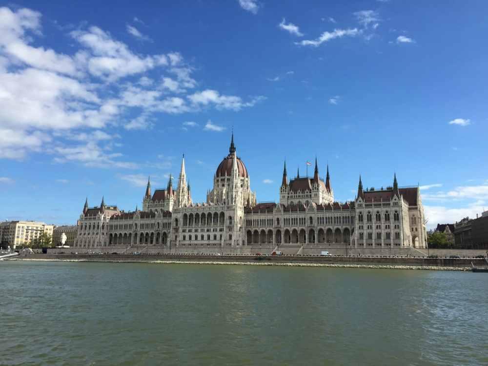Le parlement de Budapest au bord de l'eau
