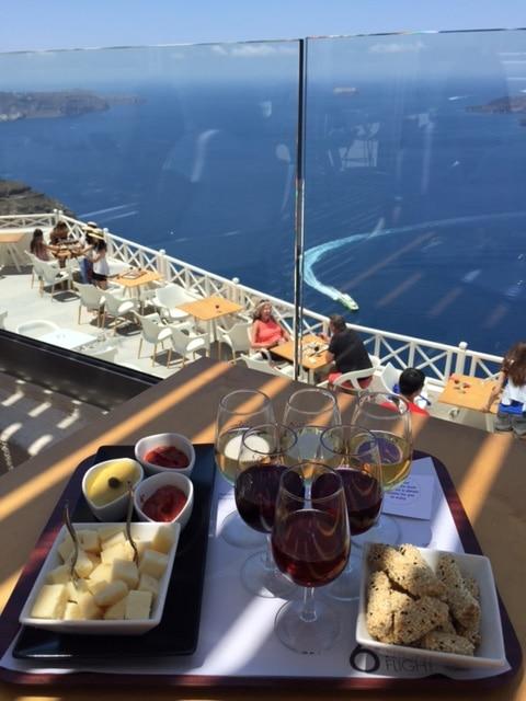 Dégustation de vins et produits locaux à Santos wine, Santorini
