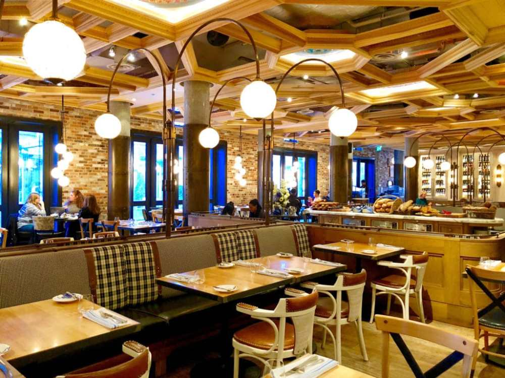 Le bistro et restaurant Cluny dans le Distillery District aux allures parisiennes