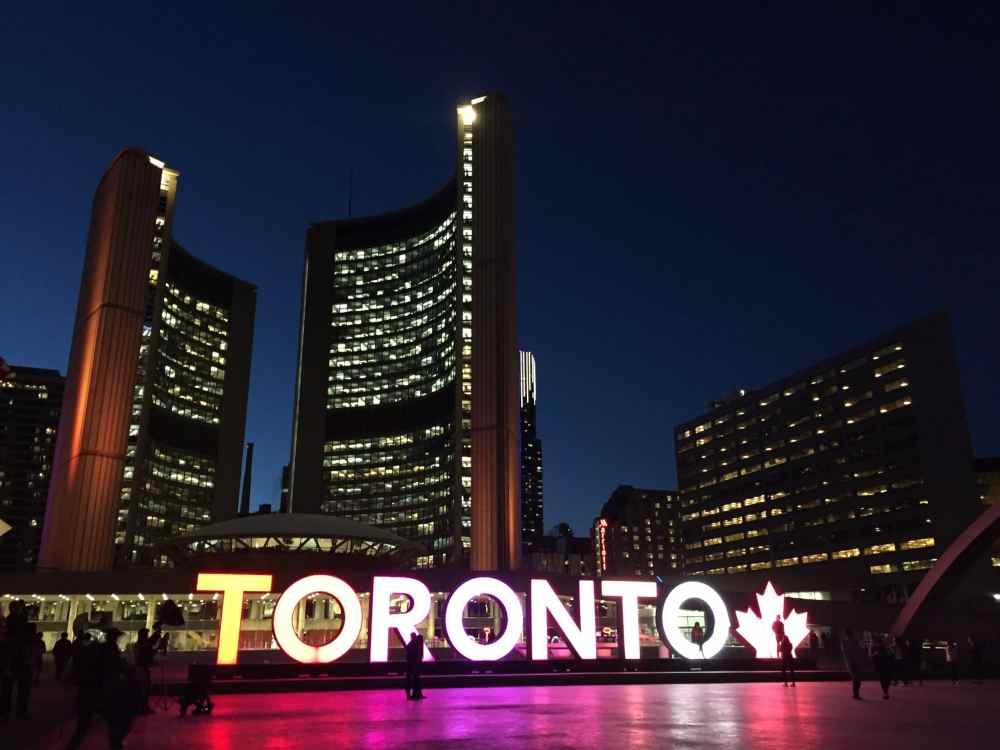 Le fameux Nathan Square de Toronto de nuit