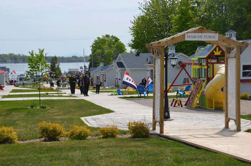 Le Marché de Venise à Venise-en-Québec est un lieu de rassemblement populaire pendant la saison estivale.