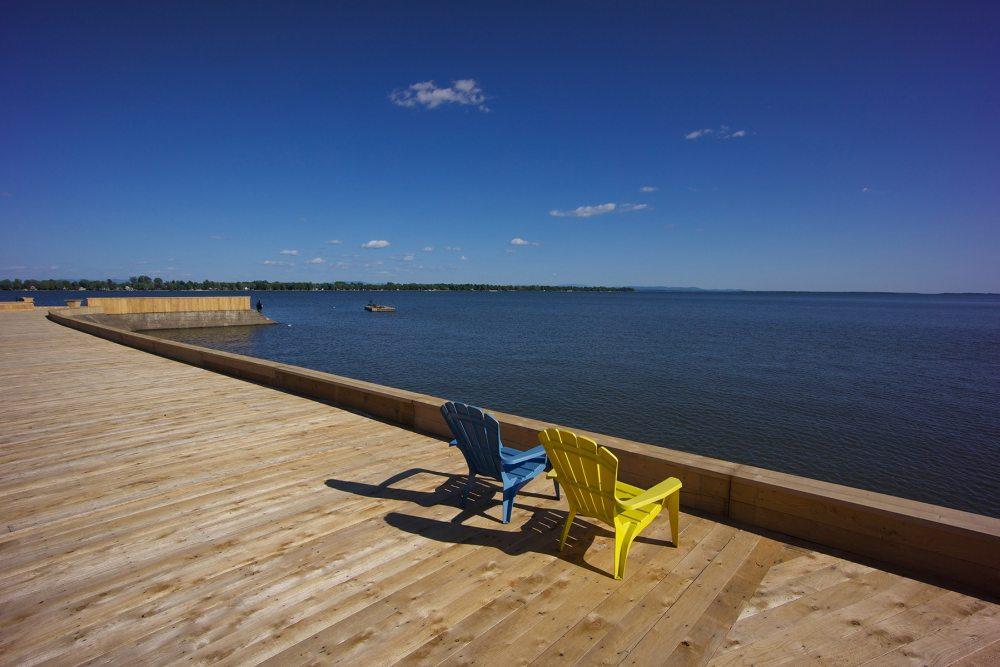2 chaises sur le quai de Venise en Québec