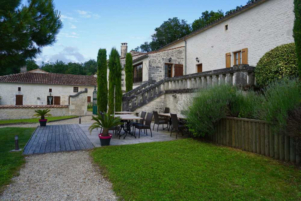 Cour du Relais Saint-Preuil à 20 minutes de Cognac, Nouvelle-Aquitaine, France