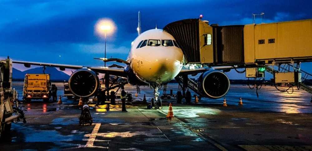 Avion à la porte d'embarquement à l'aéroport crédit Pexels