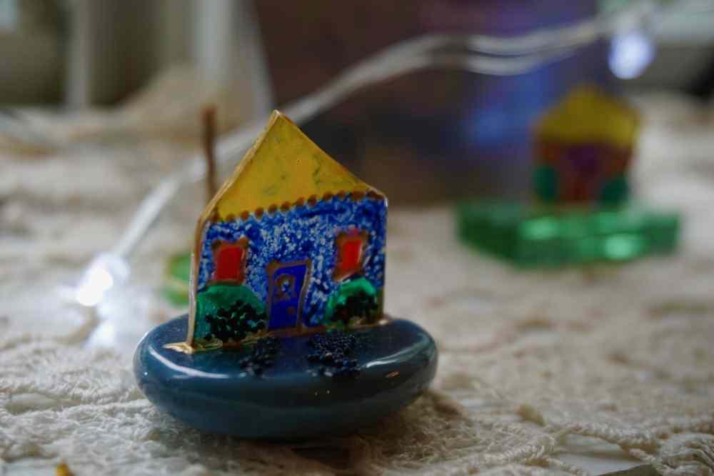 Poesie et couleurs et ses petites maisons de verre de l'artiste Priscille sur le Chemin des Artisans