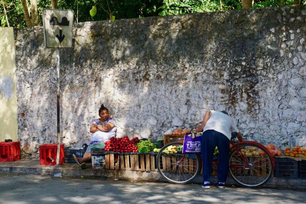 Vendeuse de fruits a Valladolid Mexique