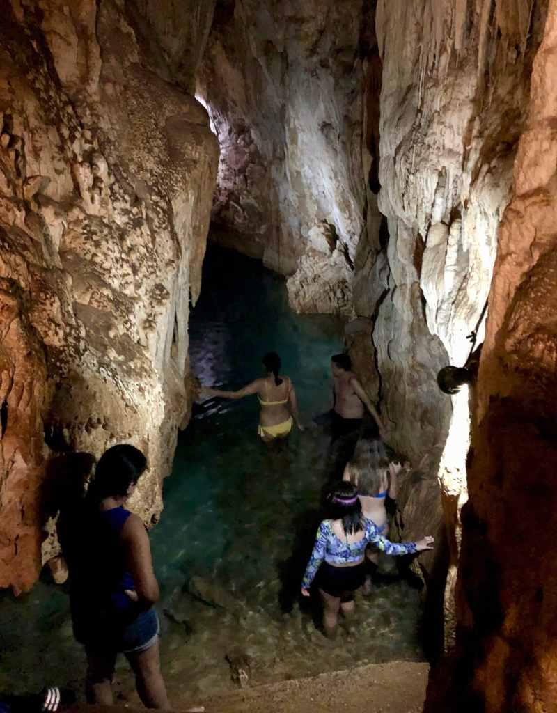 Cenote Chelentún aux cenotes de Cuzama au Mexique est en fait une grotte très humide et étroite.