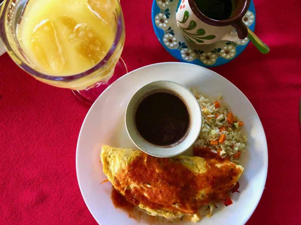 Petit déjeuner au restaurant Colibri de Holbox avec Omelette aux légumes, café et jus frais. Mexique