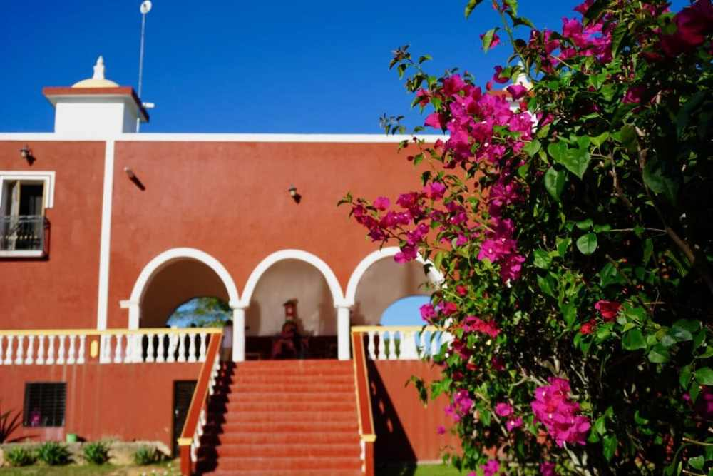 La Hacienda San Lorenzo Oxman en dehors de Valladolid au Mexique. Le cenote Oxman se trouve sur place près d'une piscine, restaurant et bar.